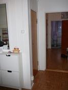 Eteinen, vasemmalla kylpyhuone, edessä kellari ja vessa, oikealla olohuone ja keittiö