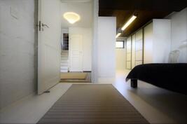 Kellarikerroksen makuuhuonetilaa