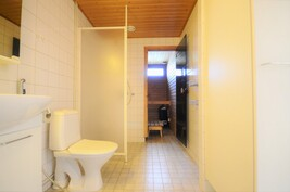 Kylpyhuone+wc+käynti saunaan