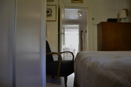 Makuuhuoneesta näkymää saliin