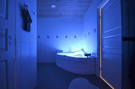 Omassa kotona SPA-osasto, valaistus eri väreillä ja poreilu