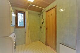 Kylpyhuone ja käynti saunaan