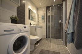 Kylpyhuoneessa laadukkaat kalustot ja laatoitukset
