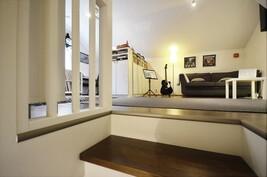 Yläkerran huoneesta musiikki/vierashuone