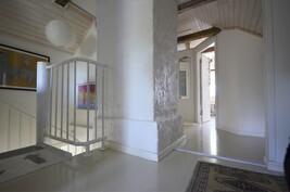 Yläkerran viehättävää aulaa