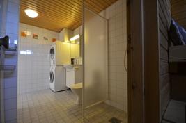 Kylpyhuonetta saunasta katsottuna