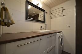 Uusittu kylpyhuone alakerrassa