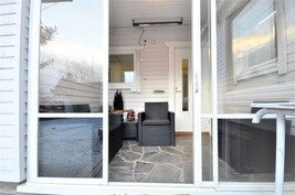 Sisäänkäynnin ovi uusittu samoin verannan liukuovilasit