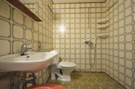 Kylpyhuone ja wc päärakennuksessa