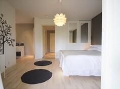 Yläkerran isoin makuuhuone + sen yhteydessä oleva pienempi huonetila