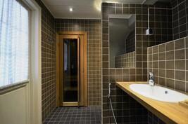 Vuonna 2010 rakennettu kylpyhuone + wc
