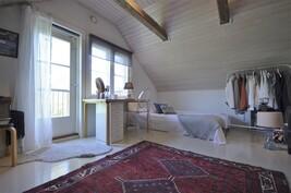 Yläkerran makuuhuone + parveke