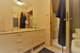 Pukuhuonetilaa ja käynti kylpyhuoneeseen