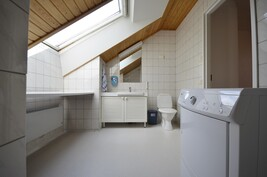 Yläkerran kylpyhuone ja wc sekä suihku+khh-tilaa