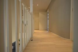 Yläkerran aulatilaa, käynnit wc:hen ja saunatiloihin