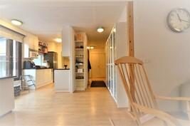 Olohuoneesta näkymää keittiöön ja makuuhuoneiden suuntaan