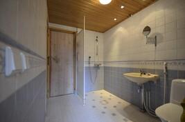 Kylpyhuone ja wc, käynti saunaan ja takkahuoneeseen
