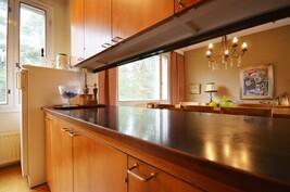 Näkymää keittiöstä ruokailutilaan