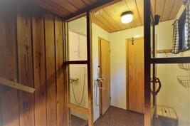 Kylpyhuonetta jossa erillinen suihkusyvennys