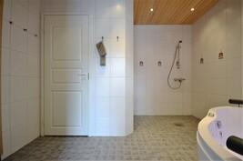 Kylpyhuone on iso ja siitä on käynti Master-makuuhuoneeseen