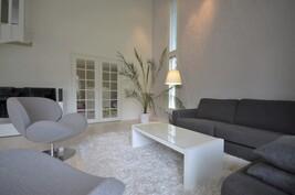Parilasiovet johtaa huoneen kautta kuntoilutilaa/varastoon ja ulos