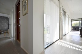 Ulko-ovi ja olohuoneen/keittiön ikkunarivistöä