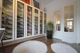 Ylellinen huone vaikkapa muutamalle kenkäparille