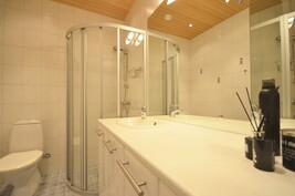 Toinenkin kylpyhuone on tilava