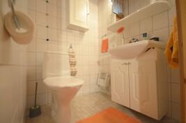 Erillinen wc eteisaulassa