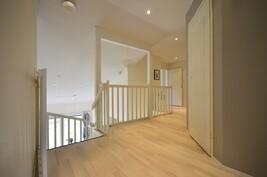 Yläkerran käytävä/aulatilaa