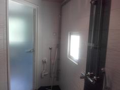 Pesuhuoneessa myös pesukoneliitäntä.