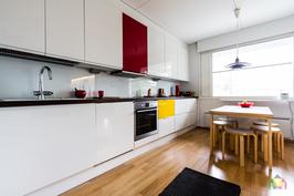 Uudehko tyylikäs keittiö, mallia Puustelli