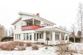 Komea tiilivuorattu talo omalla upealla tontilla