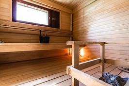 Lämpimän sävyinen ikkunallinen sauna