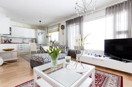 Keittiö ja olohuone ovat yhtenäistä avaraa tilaa