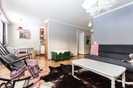 Tilava ja avara olohuone, jossa erittäin hyväkuntoiset pinnat.