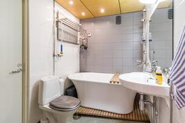 Kylpyhuoneessa mukava amme
