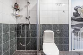 Pesuhuoneessa toinen wc.