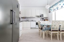 Tilava ja nätti valkea keittiö.