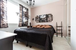 Alakerran makuuhuone, seinällinen komeroita.