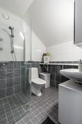 Yläkerran kylpyhuone, jossa käännettävät suihkuseinät ja talon kolmas wc.