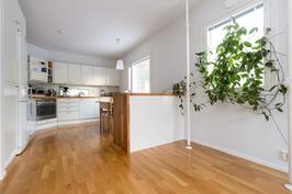 Näkymä olohuoneen puolelta keittiön suuntaan