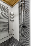 Suihkunurkkauksessapatteri, sekä suihkuseinät.