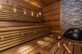 Kaunis sauna, jossa tunnelmallinen valaistus..