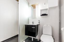 Yläkerran kylpyhuone uusittu 2014