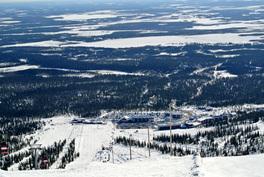 Näkymä tunturista Iso-Ylläksen hiihtokeskukseen, jossa lomahuoneisto sijaitsee.