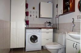 Erillisessä wc:ssä hyvä kodinhoitotila.