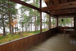 Osittain lasitettu pääterassi olohuoneesta järvelle.