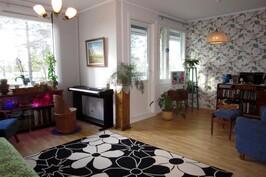 Tilava kaksiosainen olohuone, josta ovi parvekkeelle