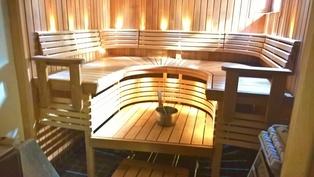Sauna puu- ja sähkökiukaalla